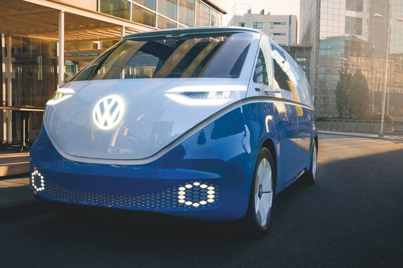 O Volkswagen ID. Buzz a ser conduzido numa perspetiva frontal.