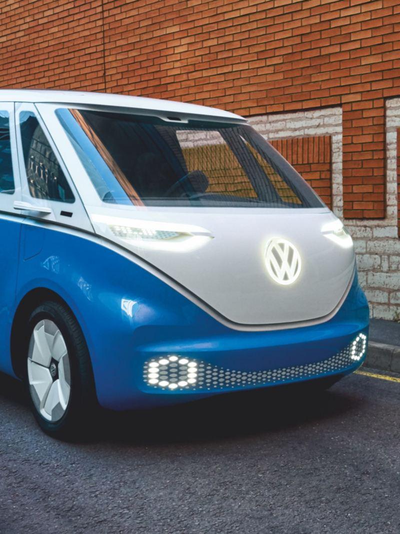 O Volkswagen ID. Buzz Cargo diante de um muro de tijolo vermelho.