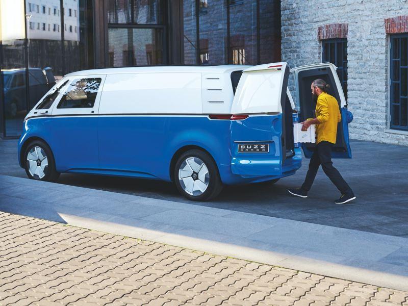 Der Volkswagen ID. Buzz Cargo wird beladen.