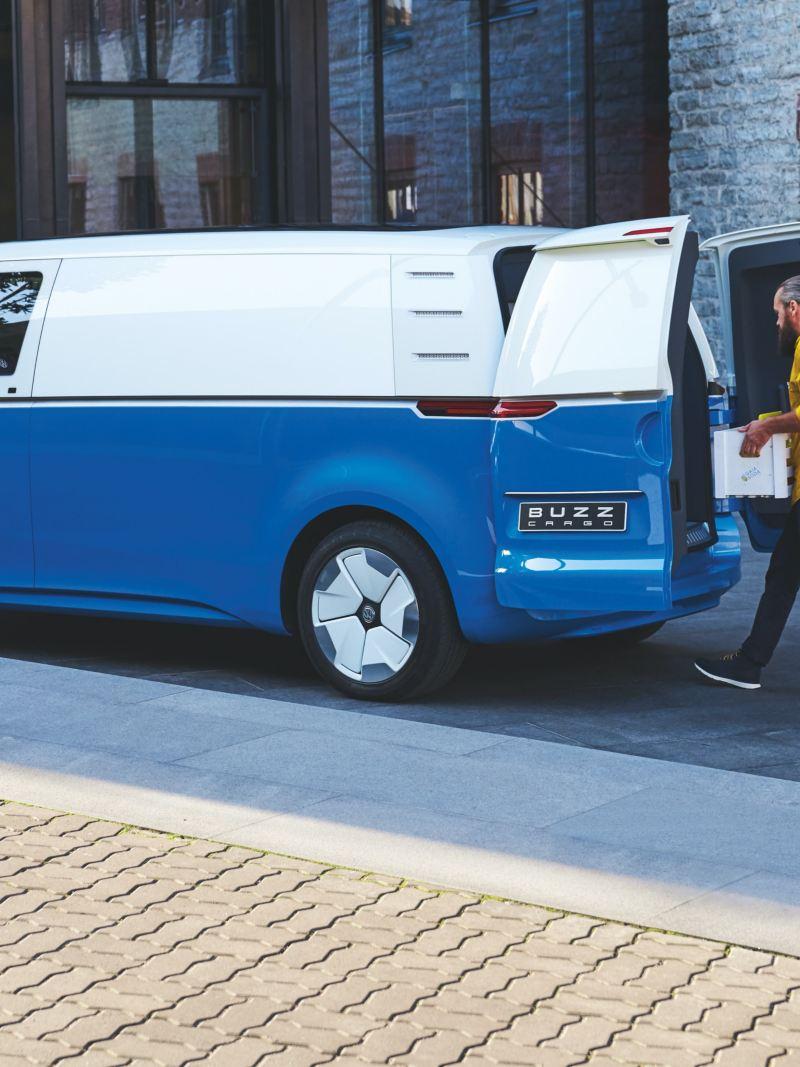 O Volkswagen ID. Buzz Cargo a ser carregado.