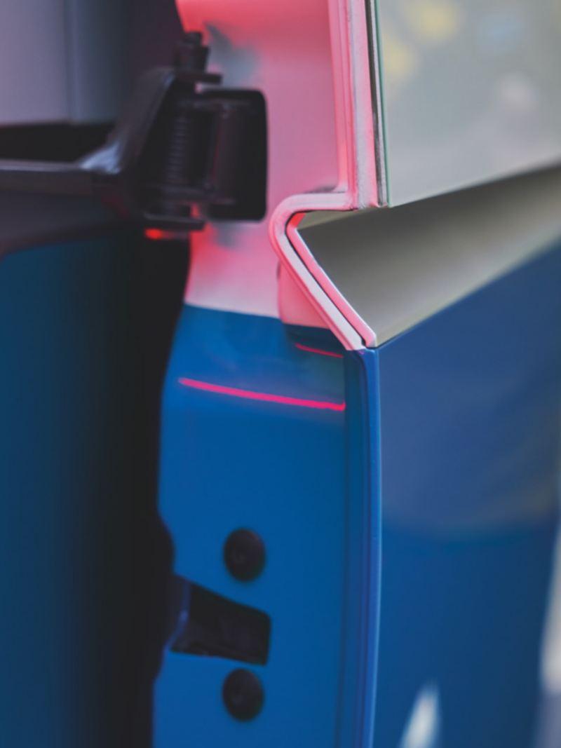 Eine Nahaufnahme von einer Seitentür des Volkswagen ID. Buzz Cargo.