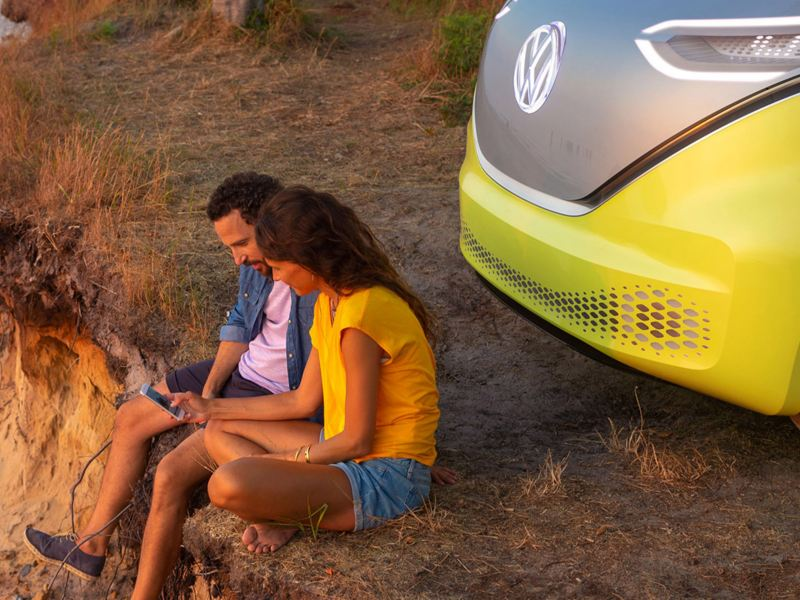 vw Volkswagen cookiepolicy personvern GDPR elbil el varebil ID. BUZZ gul og hvit kjærestepar smarttelefon strand