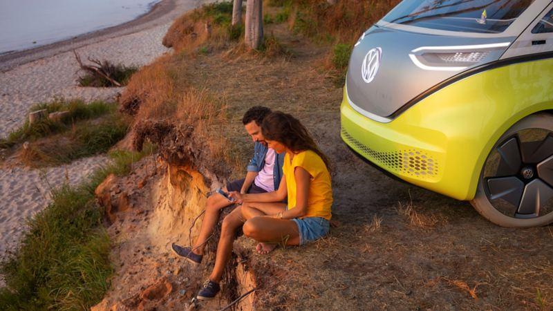 VW ID Buzz och ett par vid en strand