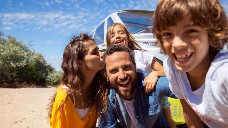 Familiebilde foran Volkswagen ID. Buzz stor elbil