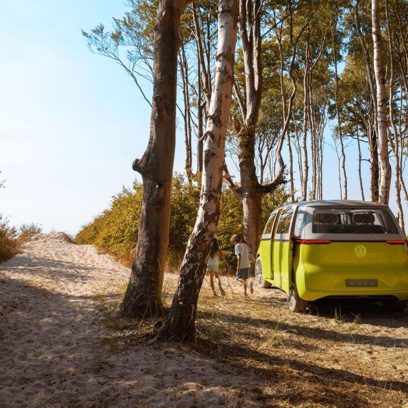 Vista trasera del Volkswagen I.D. Buzz en el bosque