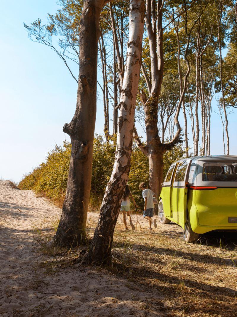 Bildet viser Volkswagen ID. Buzz elbil som står parkert på stranda