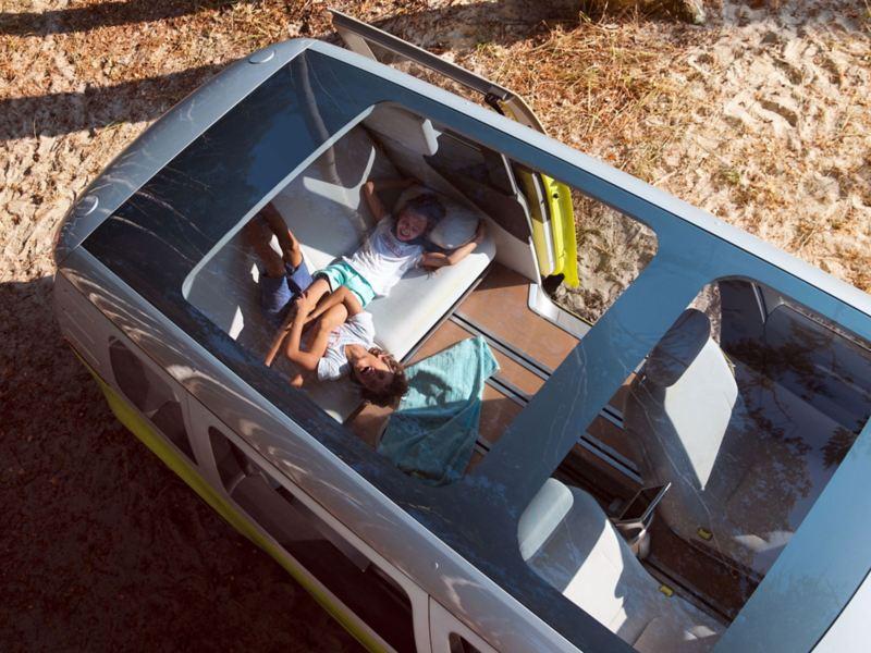 Utsikt fra panorama taket og inn til interiøret på ID. Buzz