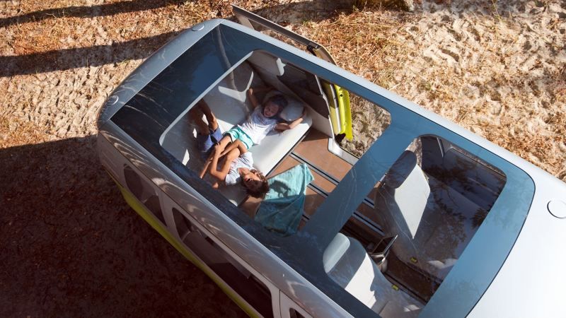 Bildet viser panoramasoltaket på Volkswagen ID. Buzz elbil