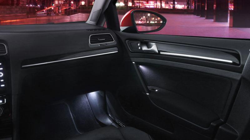 Iluminación ambiental en piso y puertas delanteras de Golf 2020, el carro deportivo VW