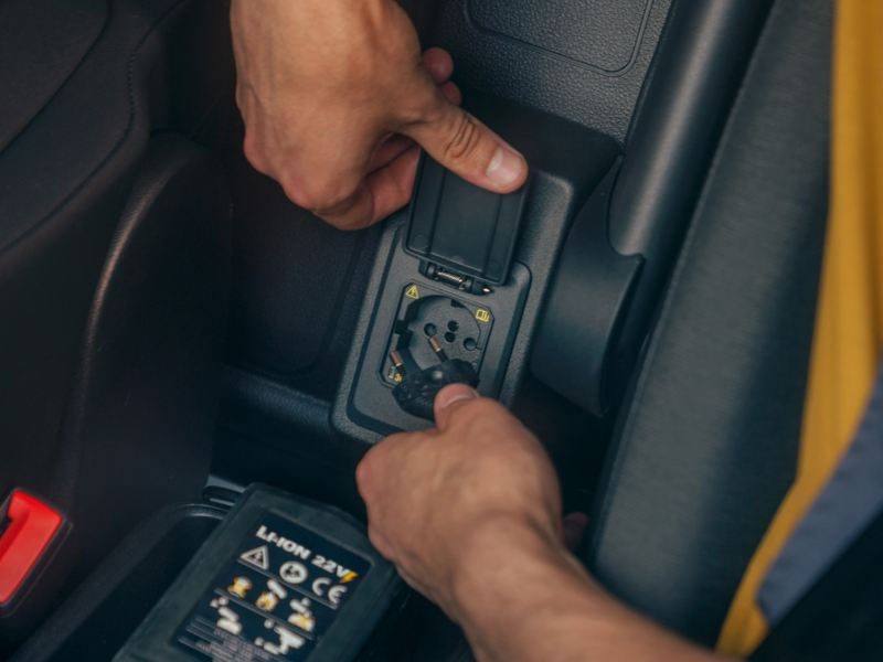 Het 230 V-stopcontact in de nieuwe Volkswagen Caddy Cargo.