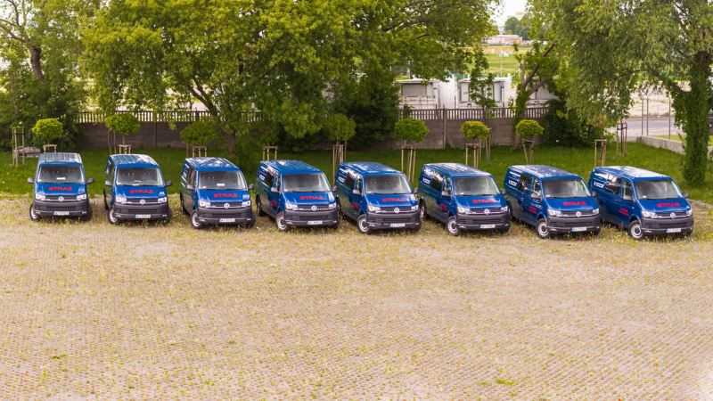 8 Volkswagenów Transporter T6 dla OSP na parkingu
