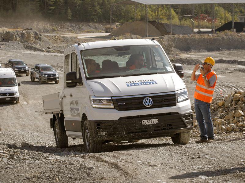 Transporter wird gerade auf einem Gelände getestet