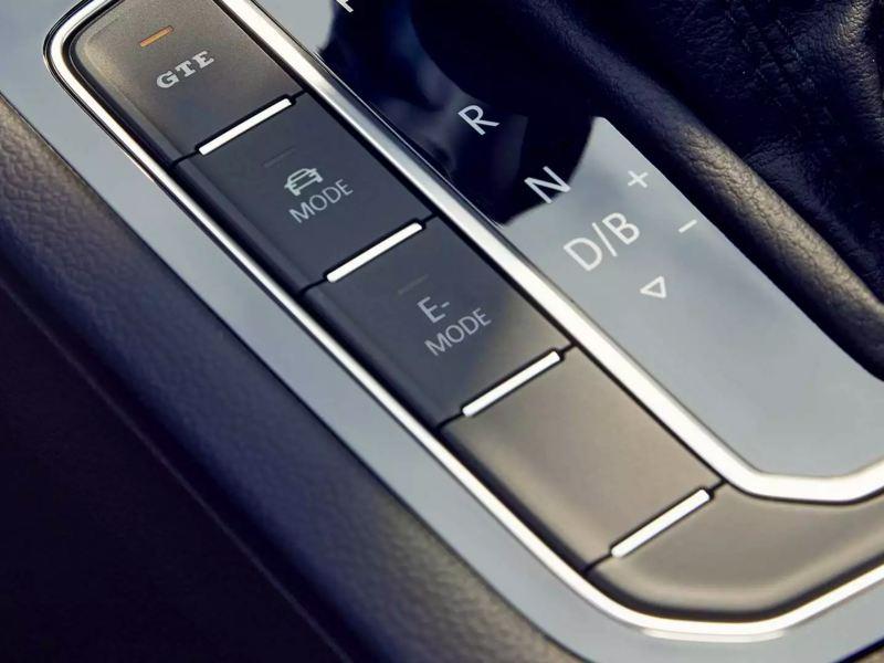 Interieur de la Passat SW GTE, zoom sur les boutons de commande autour du levier de vitesse
