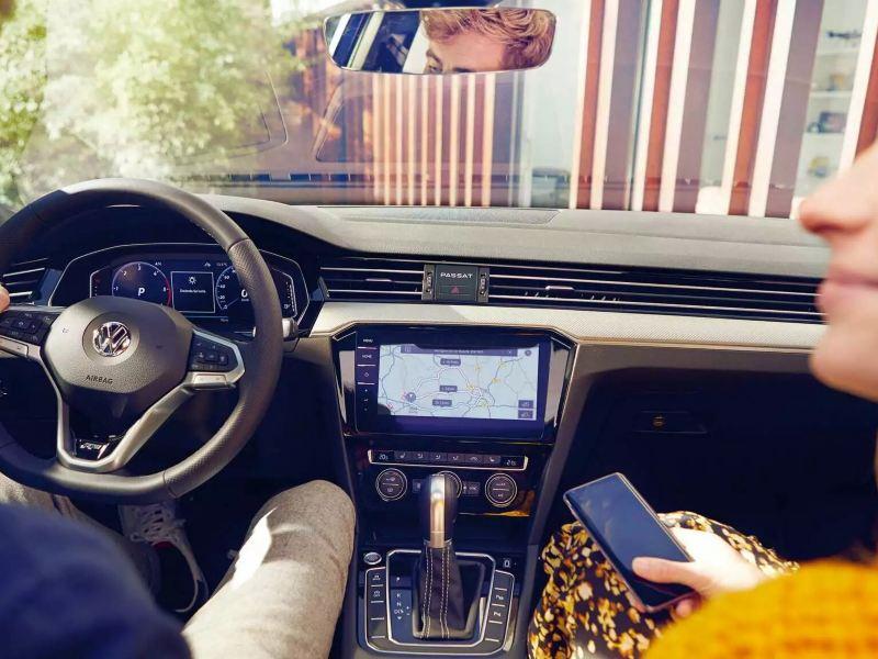 Intérieur de passat gte, couple et smartphone