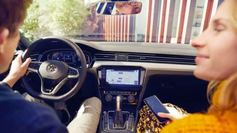 VW Passat interieur, couple et portable connecte