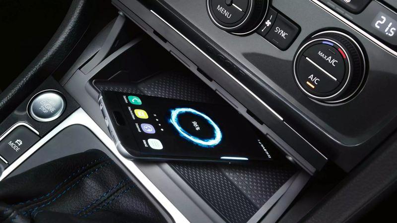 """Interface téléphonique Passat """"Confort"""",  un smartphone dans le compartiment pour le chargement par induction"""
