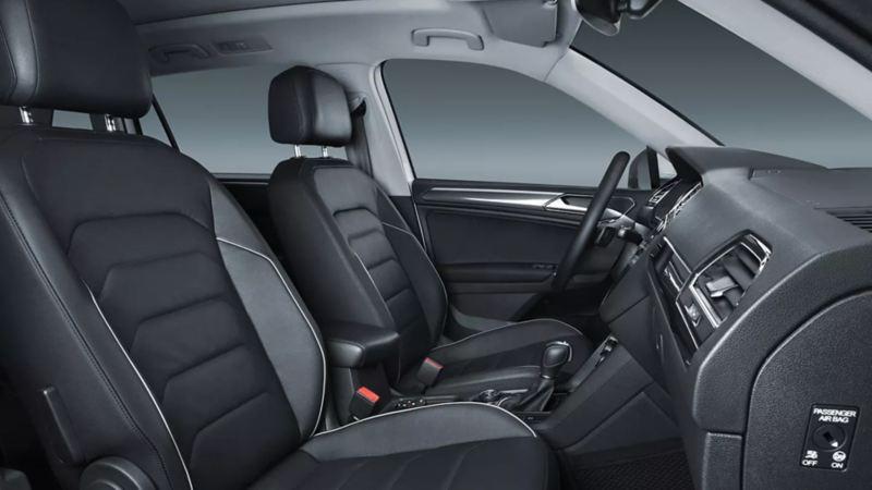 Interior de Tiguan 2021 Volkswagen equipado con asientos delanteros con calefacción, mesas plegables y climatronic