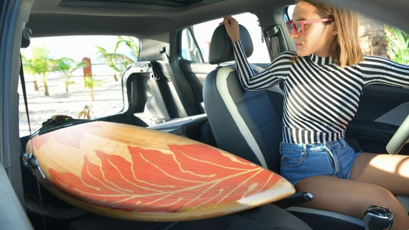 Mujer en el interior espacioso del SUV Nuevo T-Cross de Volkswagen México