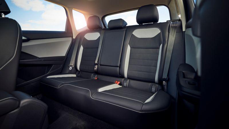 Interior de VW Nuevo Taos con asientos bi-tono, iluminación ambiental, volante multifunciones y climatronic