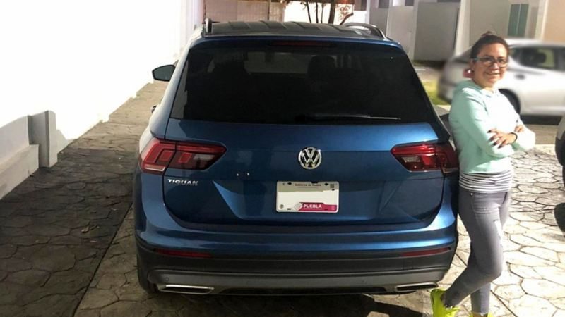 Isabel Jaramillo recargada en SUV Tiguan de VW México