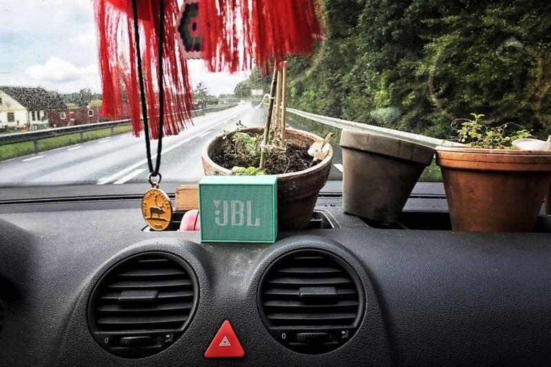 JBL-högtalaren trängs med krukväxterna på instrumentbrädan i Caddy