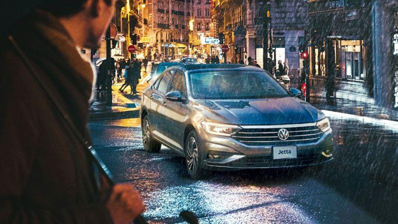 Jetta 2020 de VW en marcha bajo lluvia en ambiente urbano