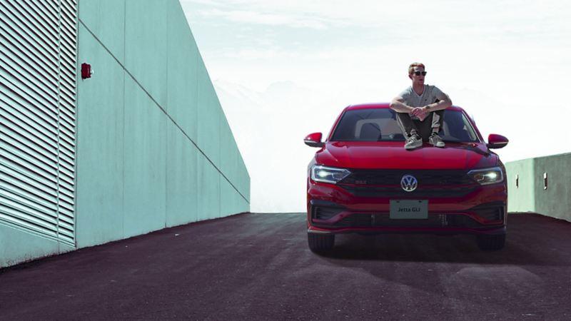 Auto deportivo Jetta GLI equipado con la cámara de visión trasera estacionado en terraza