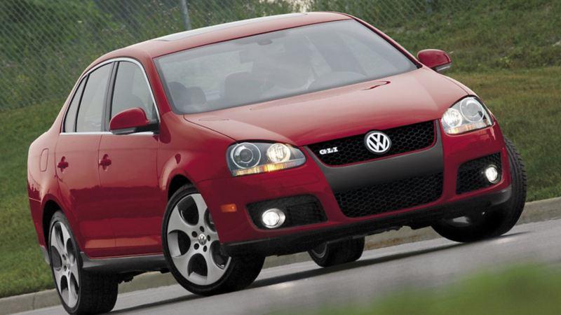 Jetta GLI, el sedán deportivo de Volkswagen sobre autopista en color rojo tornado
