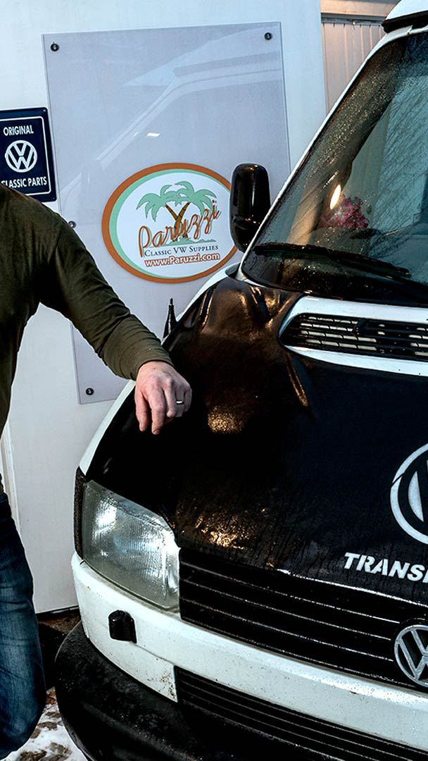 Johannes Thijssen med sin Volkswagen Transporter Syncro