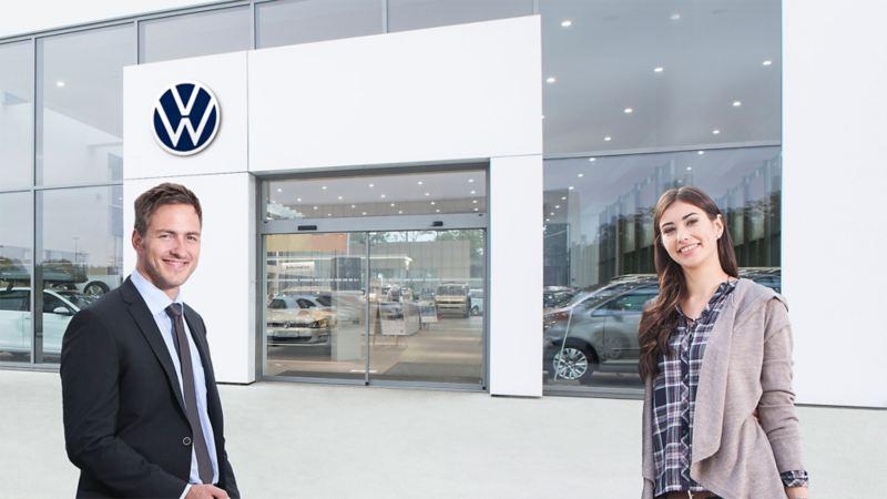 Eine Frau und ein Mann vor einem Autohaus