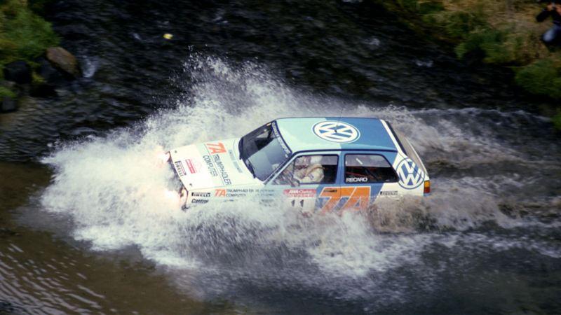 VW-rally genom vattendrag.
