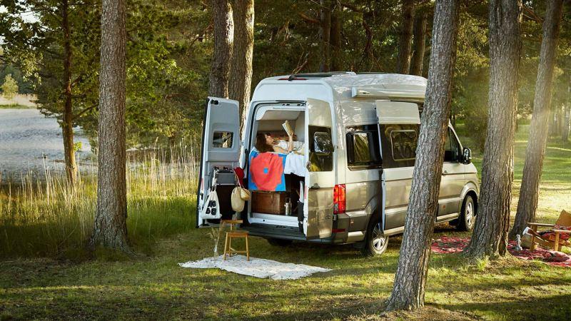 Kvinna i VW Grand California husbil