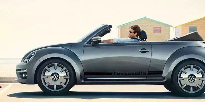vw new beetle de profil, un conducteur à bord