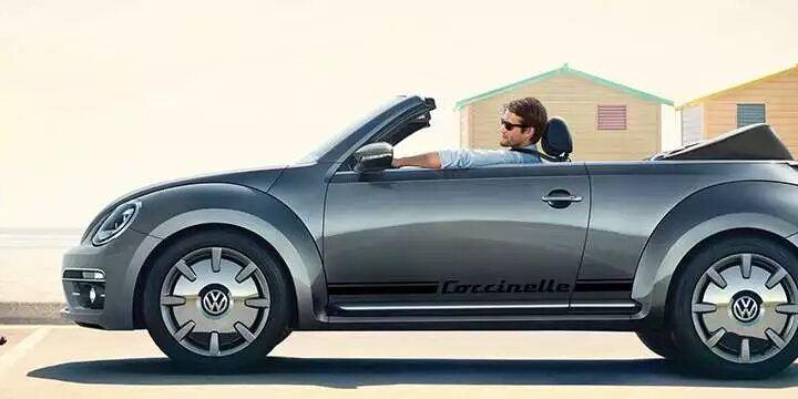 vw new beetle de profil, un conducteur à bord
