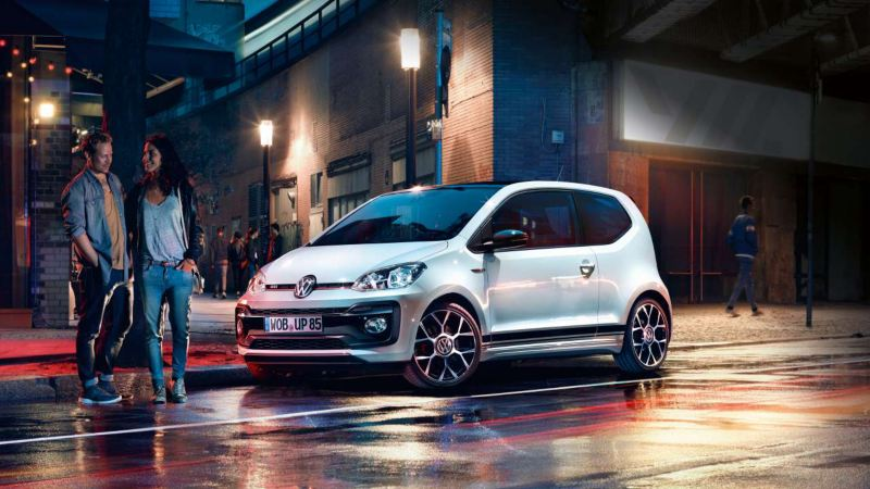 up gti garée en ville, un couple devant