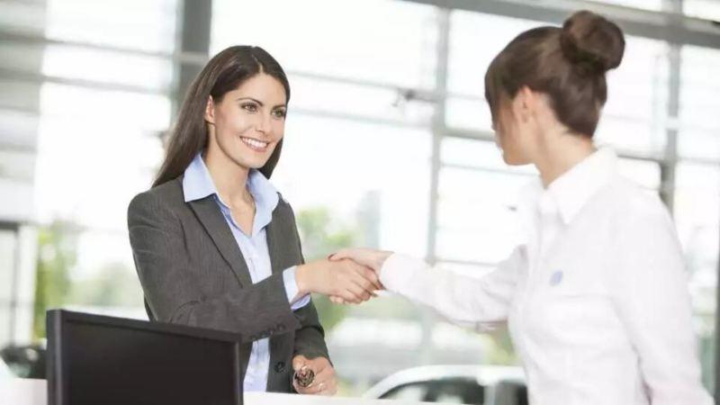Une femme serrant la main à une autre femme