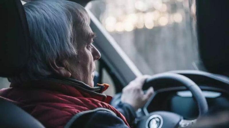 zoom sur un conducteur quinquagénaire
