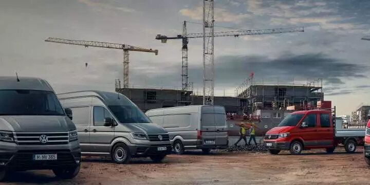 véhicules utilitaires garées sur un chantier