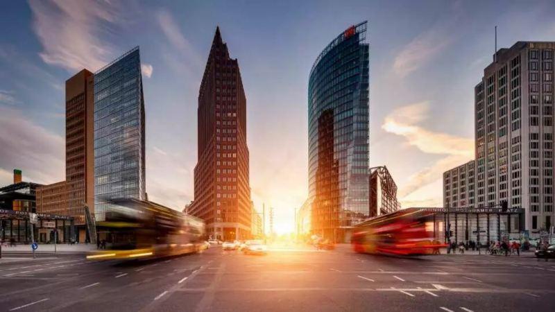 vue d'une grande rue d'un quartier d'affaire avec immeubles, soleil couchant