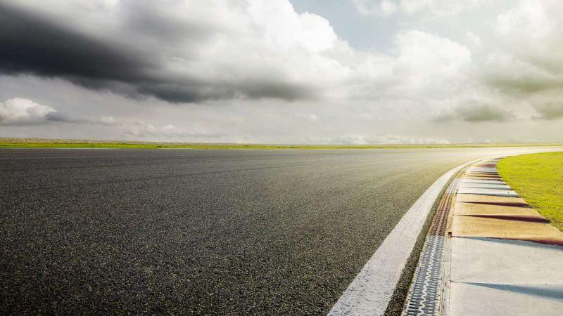 vue d'une portion de circuit automobile, ciel nuageux
