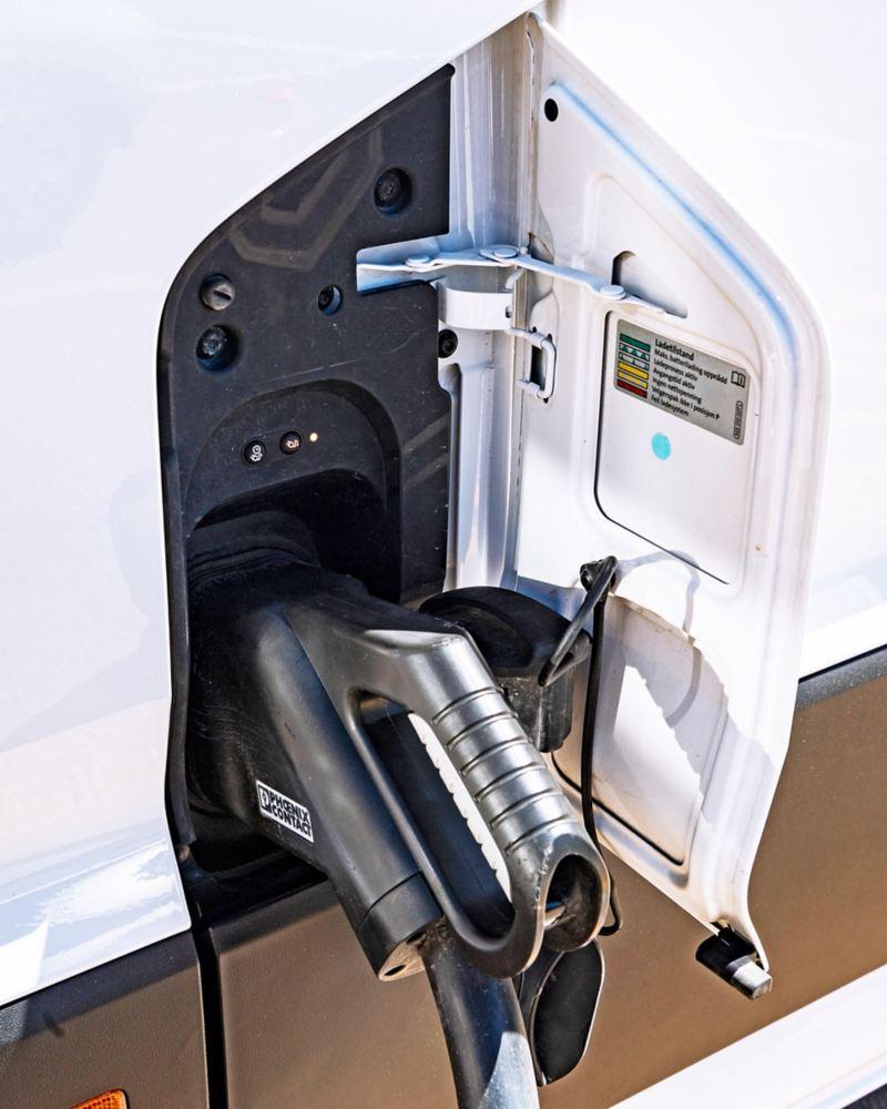 Laddkontakten göms under det konventionella tanklocket, e-Crafter har CCS-standardkontakt