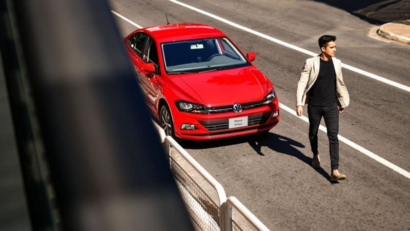 Hombre alejándose de Nuevo Virtus 2020, el sedán familia de Volkswagen México