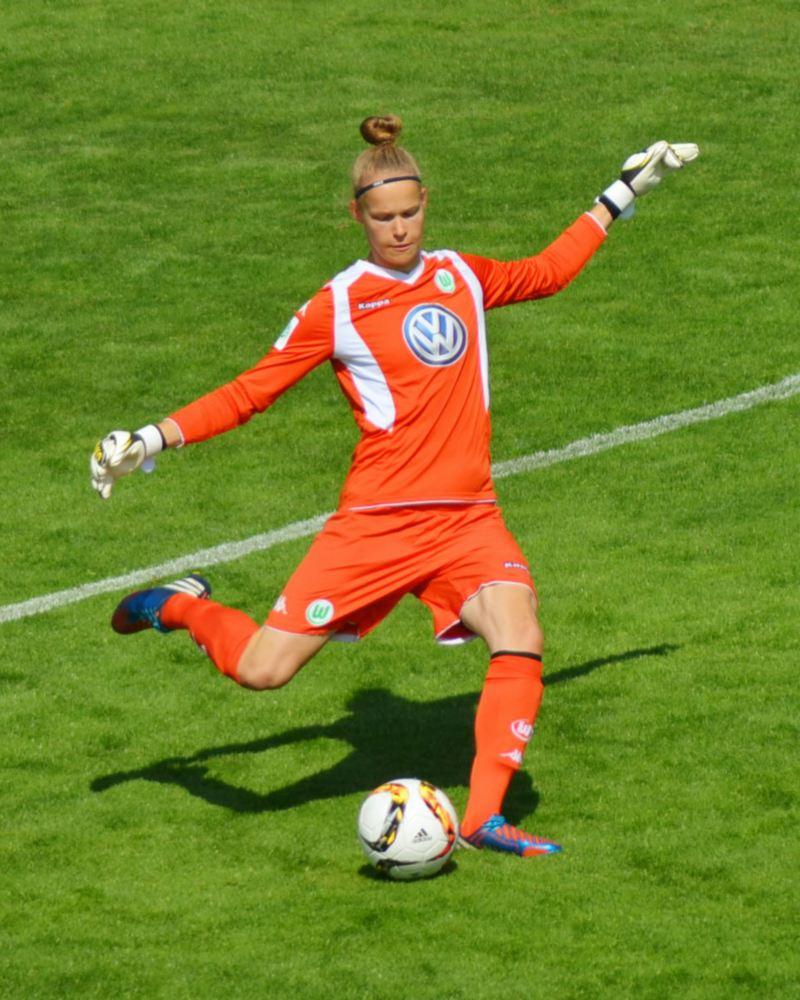Laura Engler beim Abschlag für den VfL Wolfsburg
