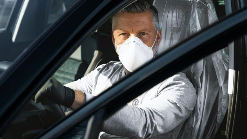 Técnico dando servicio adicional de lavado higiénico y nano-protección de pintura Volkswagen