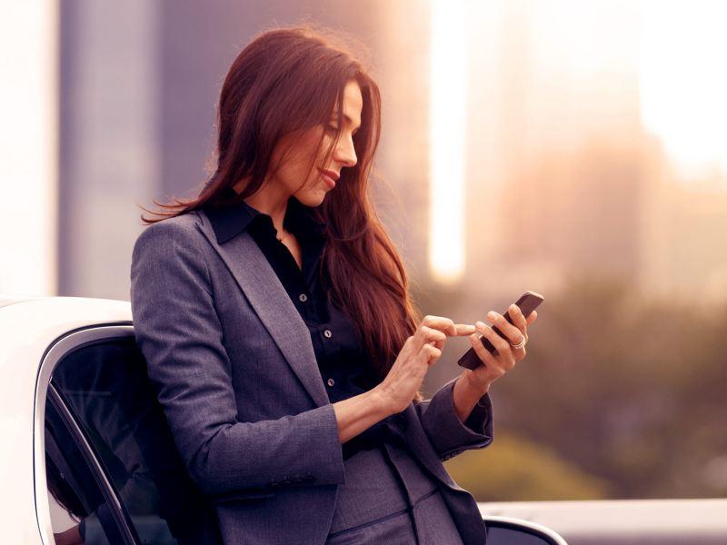 Empresaria adquiriendo auto nuevo con Leasing con beneficios fiscales de Servicios Financieros Volkswagen