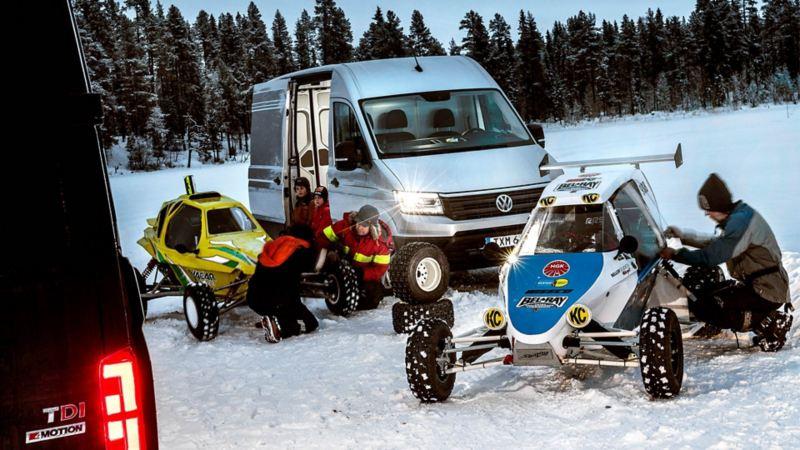 Förberedelser inför Crosscart Extreme rally. I bakgrunden syns de två Crafter som tog oss hit