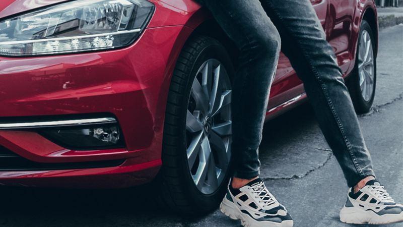 Llantas con rines de aluminio presentes en automóvil de Volkswagen México en color rojo tornado
