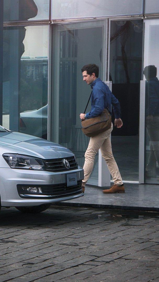Hombre dirigiéndose a Vento, el auto familiar de Volkswagen