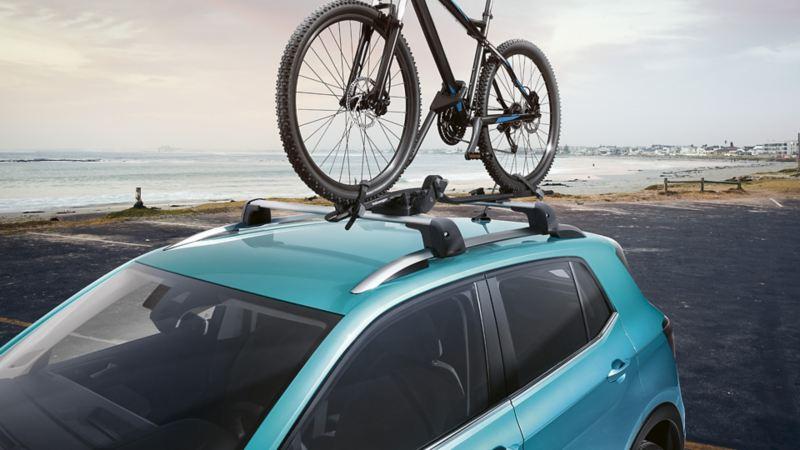 Bild på cykel stående på Volkswagen original lasthållare på en bil