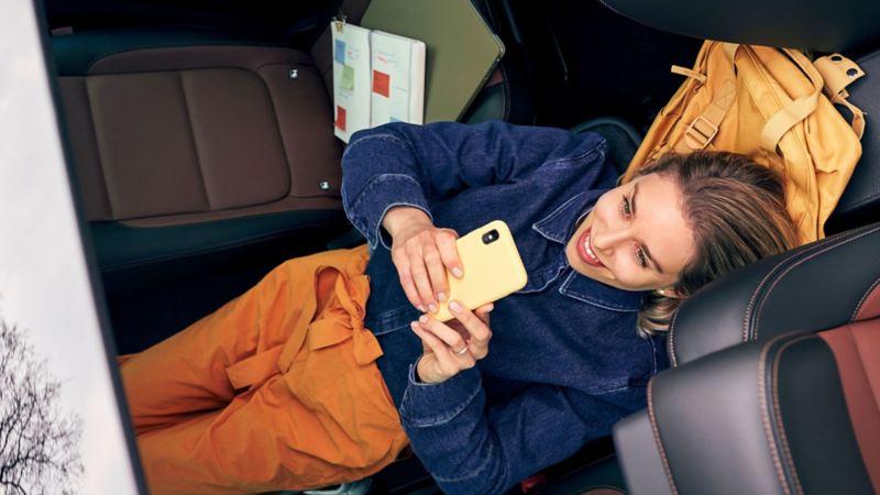 Mujer en interior de auto Volkswagen cubierto con Long Drive, el plan de servicios de mantenimiento